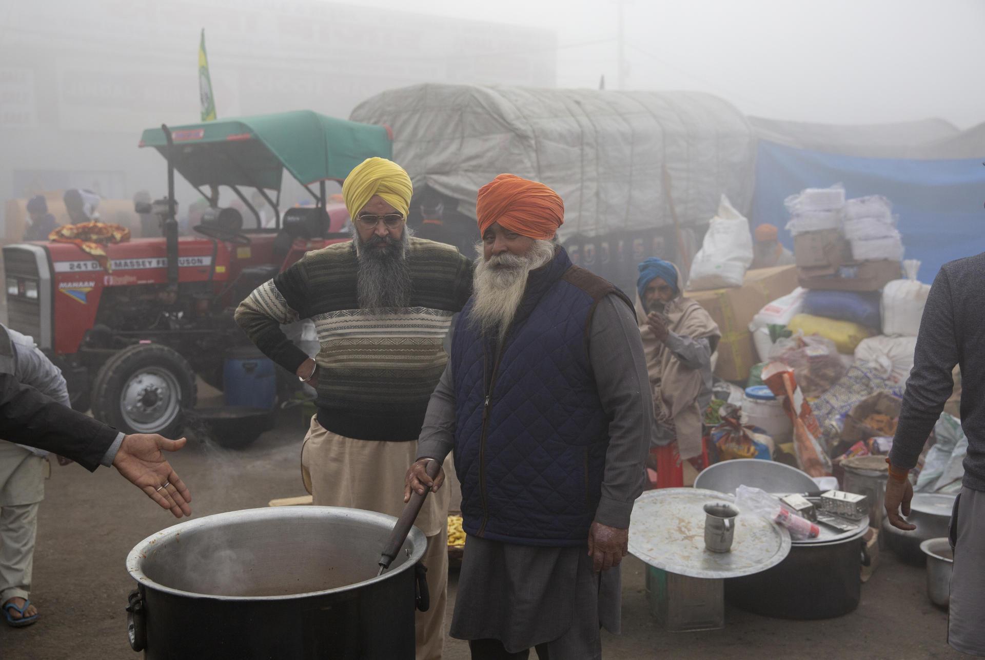 Distribution de nourriture pour les manifestants fermiers qui bloquent l'autoroute avec leurs tracteurs, non loin de Dehli, le 8 décembre.