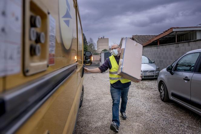 Thomas Donzel, facteur à La Poste, lors de sa tournée de livraison de colis, à Chavanoz (Isère), le 8 décembre.
