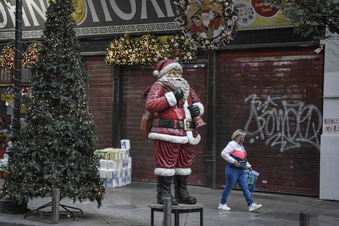 Dans une rue d'Athènes, le 1er décembre.