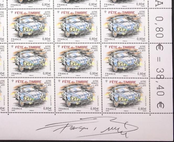 Alpine Renault A110, timbre dessiné par François Bruère, « peintre officiel des 24 heures du Mans», gravé par Claude Jumelet, paru en 2018. Signature autographe manuscrite en marge de la feuille.