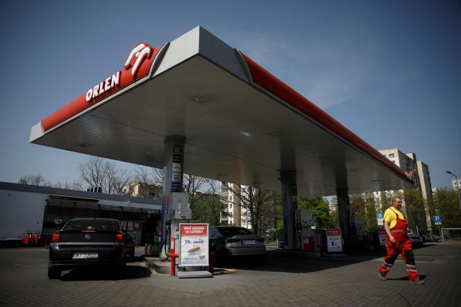 Une station-service de PKN Orlen, à Varsovie, en avril 2019. Le géant national de l'énergie va racheter le consortium médiatique Polska Press, propriété de la société allemande Verlagsgruppe Passau.