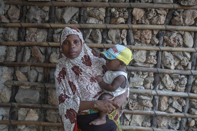 Une femme et son enfant sur la plage de Paquitequete, à Pemba, où elle est arrivée en fuyant avec d'autres familles l'occupation par des insurgés armés de leur ville Mocimboa da Praia, le 8 décembre 2020.