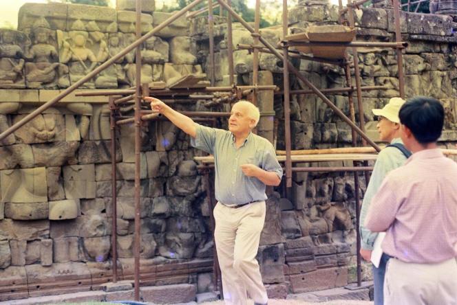 Jacques Dumarçay en 1998, devant les travaux de restauration de la Terrasse des éléphants, à Angkor (Cambodge), où avaient lieu les grandes parades royales.