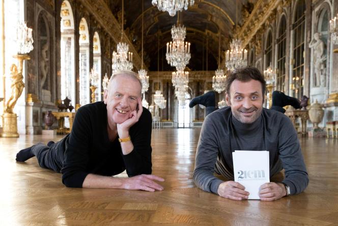 Augustin Trapenard et son invité Jean Teulé dans la Galerie des glaces à Versailles.
