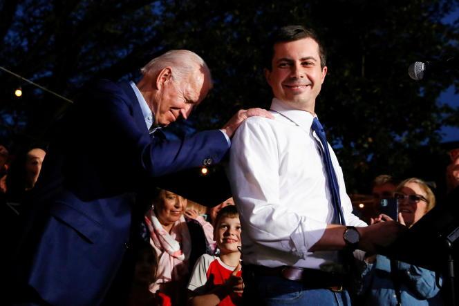 L'ancien candidat démocrate à la présidentielle Pete Buttigieg et le président élu Joe Biden à Dallas, au Texas, le 2 mars.