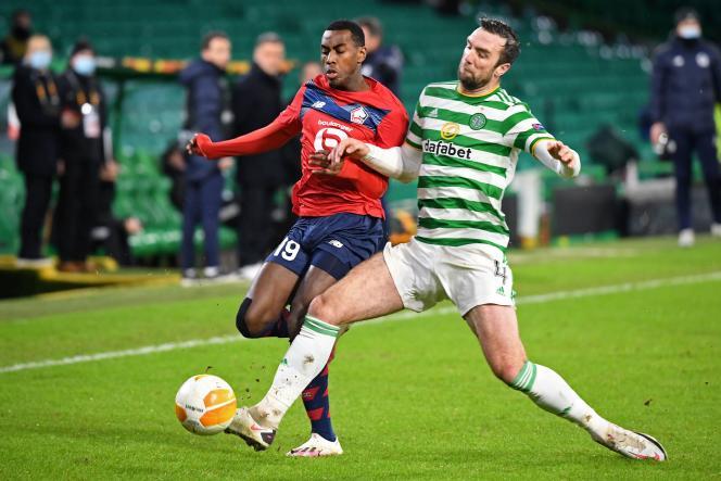 Duel entre l'attaquant de LilleIsaac Lihadji (maillot rouge) et le défenseur du Celtic Shane Duffy. Les Lillois ont été battus lors de la dernière journée de Ligue Europa, jeudi10 décembre, à Glasgow.