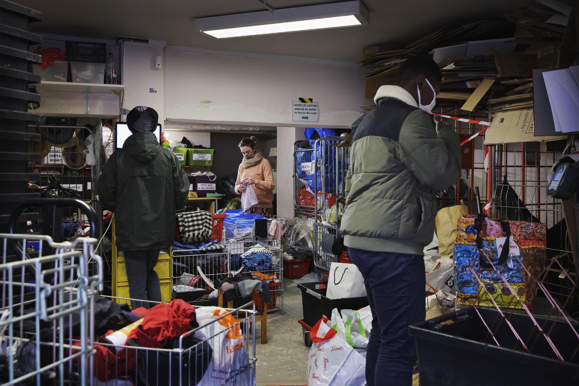 Première phase du circuit de récupération des dons : la pesée des articles, le 10 décembre. La Ressourcerie des Batignolles, à Paris, en reçoit jusqu'à 4 tonnes chaque jour depuis la fin du premier confinement en mai.