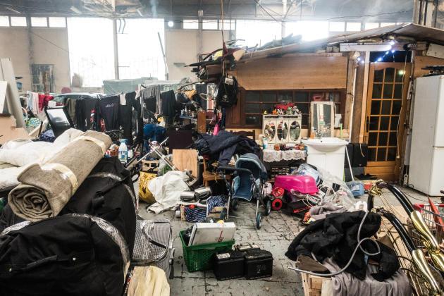 Depuis l'annonce d'une expulsion imminente du hangar, on range les objets et matériaux récupérés (enceintes, têtes de lit, débroussailleuse...) avant de quitter le squat et de trouver un autre lieu de vie.
