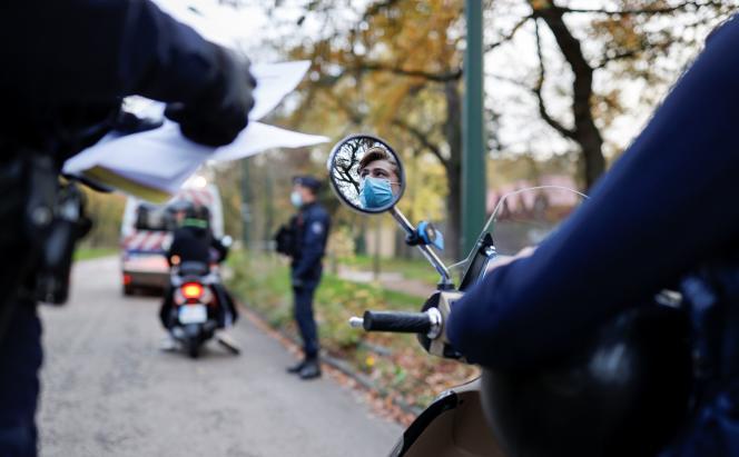 Contrôle d'attestation de déplacement pendant le confinement, dans le bois de Boulogne à Paris, le 14 novembre.