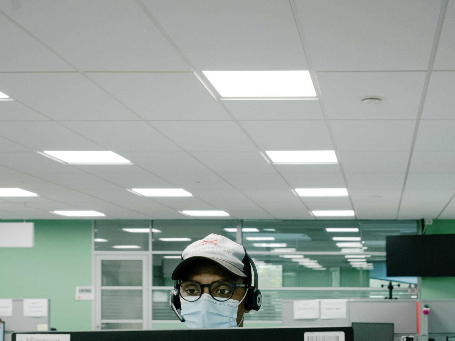 Yannick Anner, collaborateur en charge du traçage des cas contacts, à la plate-forme d'appels CPAM de Villeneuve d'Ascq (Nord), le 25 novembre.