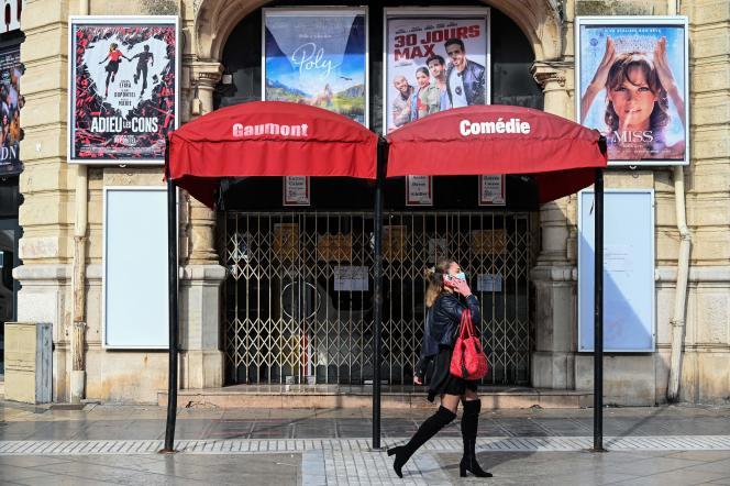 Devant un cinéma fermé pendant le confinement, à Montpellier, le 13 novembre.