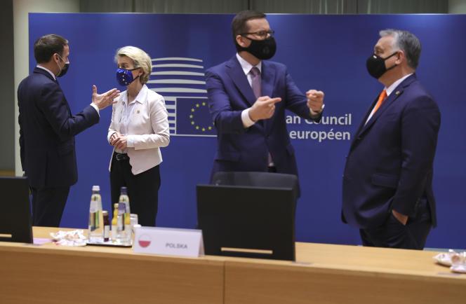 Le président français Emmanuel Macron, la présidente de la Commission européenne, Ursula von der Leyen,le premier ministre hongrois Viktor Orban et son homologue polonais Mateusz Morawiecki à Bruxelles le 10 décembre.
