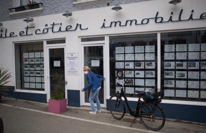Une agence immobilière de l'île de Groix (Morbihan), le 11 mai 2020.