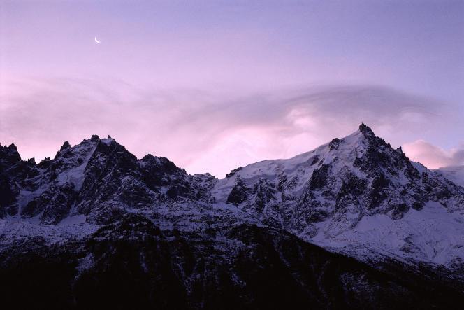 Lesentier de grande randonnée20(GR 20), long de 180 km, traverse laCorsedu nord au sud en passant par lachaîne de montagnes.