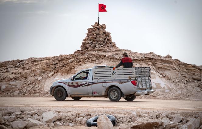 Une colline gardée par des soldats marocains à Guerguerat, dans le Sahara occidental, le 23 novembre.