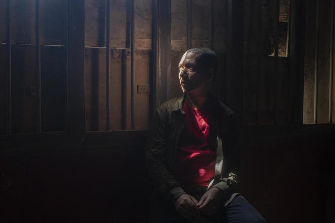 Le réalisateur franco-ivoirien Philippe Lacôte dans le décor de son film «La Nuit des Rois», le 30novembre 2020, à Grand-Bassam.