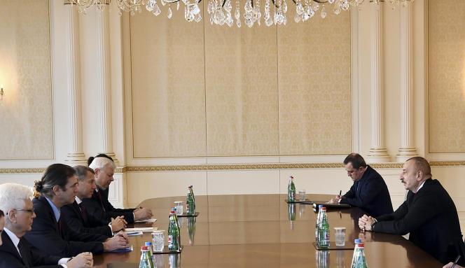 Samedi 12 décembre, rencontre entre le président de l'Azerbaïdjan Ilham Aliev (à droite) et des diplomates du groupe de Minsk – parmi eux, le Français Stéphane Visconti, l'Américain Andrew Schofer, après les heurts au Haut-Karaback intervenus les 11 et 12 décembre.