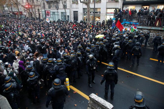 Des CRS se tiennent à l'avant de la marche contre la loi de « sécurité globale», à Paris, le 12décembre2020.