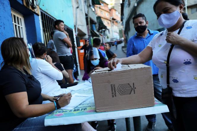 Lors de la consultation populaire visant à contrer le gouvernement de Nicolas Maduro, le 12 décembre à Caracas.