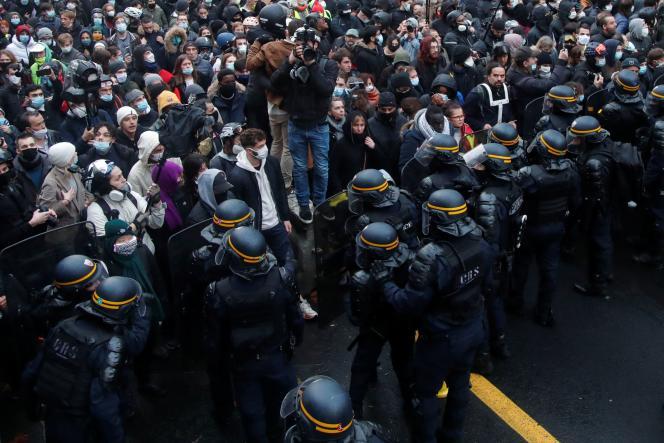 La police anti-émeute au devant de la manifestation contre le projet de loi sur la sécurité globale, à Paris, le 12 décembre.