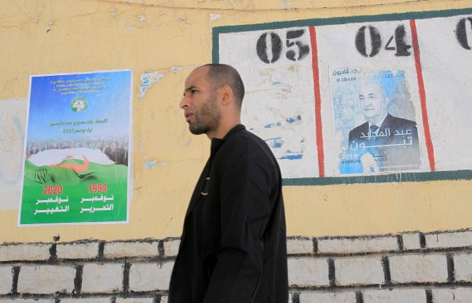 A Alger, le 13 octobre, pendant la campagne pour le référendum constitutionnel du 1er novembre. A l'emplacement numéro 4, une affiche représentant le président Abdelmadjid Tebboune.