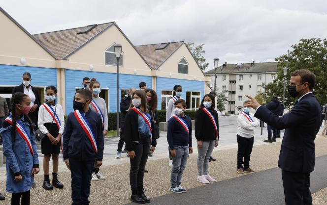 Emmanuel Macron s'adressant à des jeunes de la Maison des habitants, aux Mureaux (Yvelines), le 2 octobre.