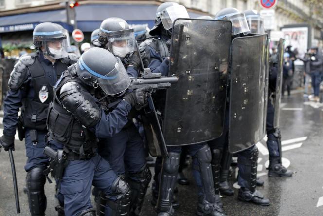 Des policiers d'une société de sécurité et d'intervention (CSI), lors de la manifestation du 12 décembre à Paris.