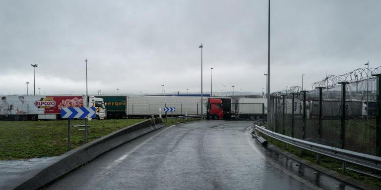 Calais, le 11 décembre 2020. Des camions à l'arrêt à l'entrée du tunnel sous la manche. Attente pour accès au tunnel. Depuis début novembre présence de plusieurs kms de bouchons à l'entrée du tunnel sous la manche et du port de Calais. Aujourd'hui les camions étaient moins nombreux