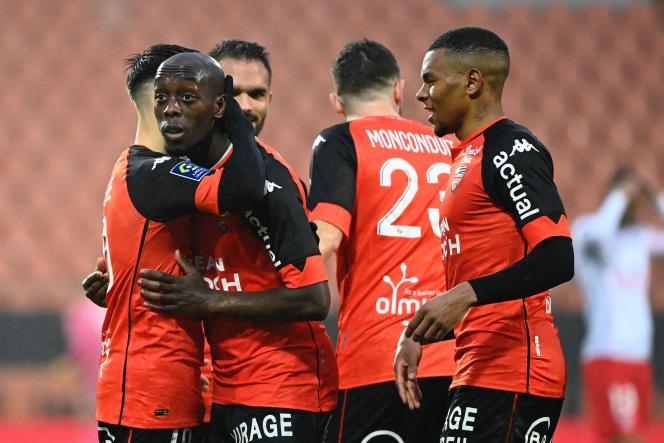 Yoane Wissa (2e sur la gauche) est félicité par ses partenaires après avoir scellé la victoire de Lorient sur Nîmes en fin de rencontre (3-0).