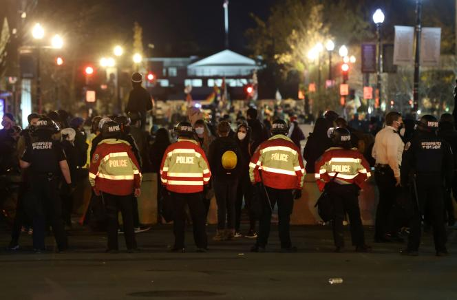 Des policiers font face à des manifestants près de la Maison Blanche le samedi 12 décembre.