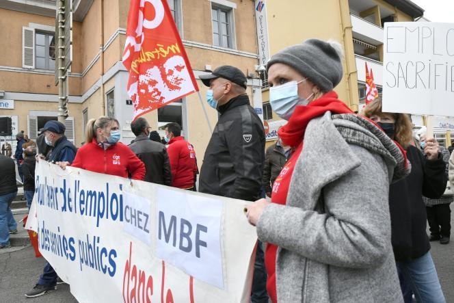 Une manifestation d'employés de MBF Aluminium à Saint-Claude, dans le Jura, le 15 octobre.
