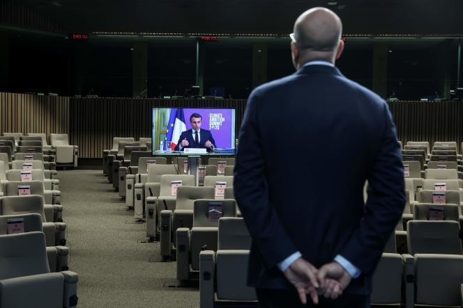 Charles Michel écoute l'intervention d'Emmanuel Macron lors du sommet mondial sur l'ambition climatique à Bruxelles, le 12 décembre.
