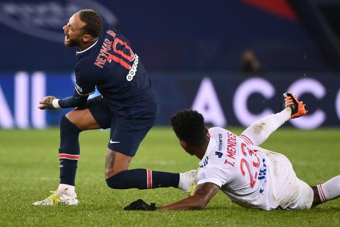 Neymar, touché à une cheville, est sorti sur civière.
