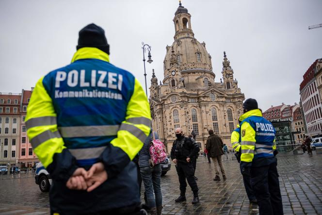 Des policiers veillent au respect du port du masque dans le centre-ville de Dresde, en Allemagne, le 12 décembre.