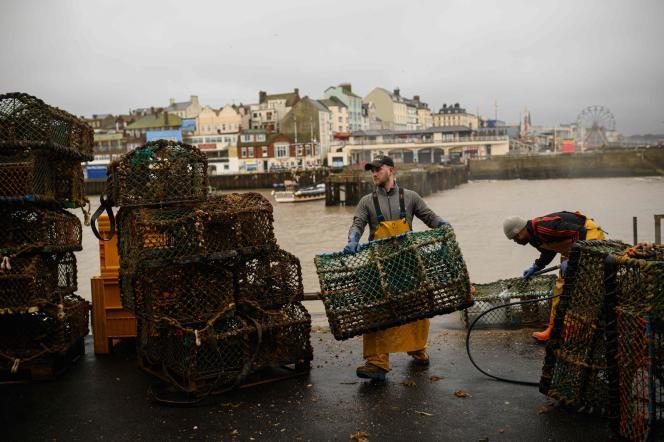 Des pêcheurs préparent des casiers à homards au port de Bridlington, dans le nord-est du Royaume-Uni, le 11 décembre.