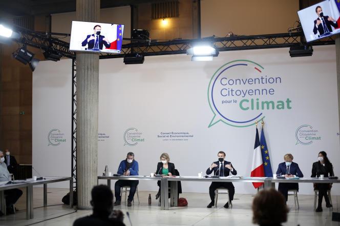Emmanuel Macron lors d'une réunion avec les 150 citoyens de la convention pour le climat, à Paris, le 14 décembre 2020.