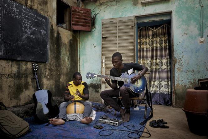 Ali Traoré (à droite) etHamadoun Guindo enregistrent des morceaux pour les envoyer au label Sahel Sounds, à Bamako, le 26octobre 2020.