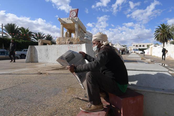 La sculpture représentant la charrette de Mohamed Bouazizi sur la place qui porte son nom, au coeur de la ville de Sidi Bouzid, le 27 novembre.