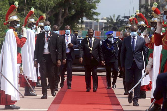 Le président ivoirien Alassane Ouattara quitte le palais présidentiel après avoir prêté serment pour son troisième mandat de président à Abidjan, en Côte d'Ivoire, le 14 décembre 2020. Le chef de l'Etat sortant a obtenu94,3 % des voix au terme d'un scrutin contesté.