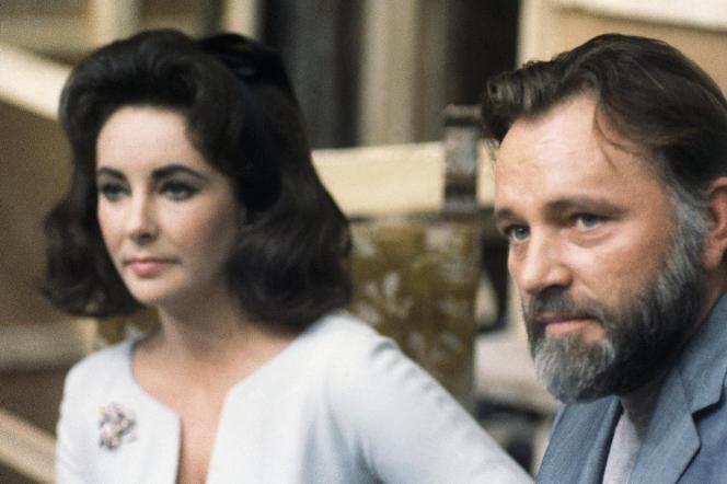 Elizabeth Taylor et Richard Burton lors d'une conférence de presse, le 18 mars 1966, dans un studio du producteur italien, Dino de Laurentiis, dans la banlieue de Rome.