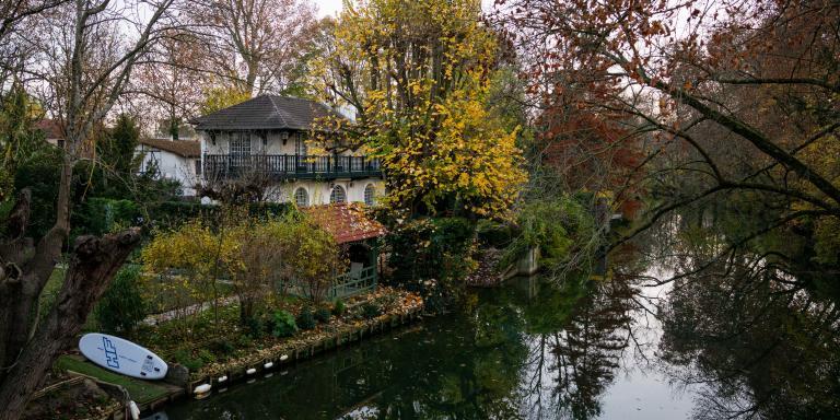 Créteil, France, le 24 Novembre 2020 : Depuis le chemin du bras du Chapitre, on aperçoit une maison sur l'ile Sainte Catherine.