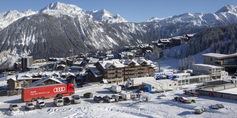 Courchevel, jeudi 10 décembre 2020. Vue sur la ville de Courchevel 1850. Avec la préparation de la COUPE DU MONDE FÉMININE DE SKI ALPIN qui se déroulera du 12 et 13 DÉCEMBRE 2020. L'annonce de la non-ouverture des stations de ski pour les vacances de Noël en raison de la pandémie de Covid-19 est un coup dur pour l'économie des territoires de montagne.