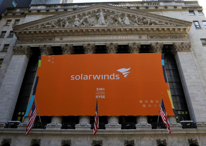 Une bannière de SolarWinds accrochée sur la façade de la Bourse de New York lors de sa première cotation, le 19 octobre 2018. Bien avant de devenir une porte d'entrée pour des pirates étatiques, la société était surtout connue des experts informatiques.