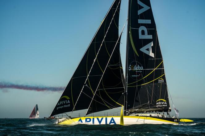 Le skipper français Charlie Dalin sur son monocoque «Apivia» au départ du tour du monde en solitaire du Vendée Globe le 8 novembre, au large des Sables-d'Olonne.