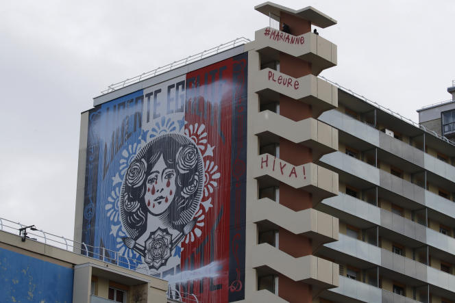 La fresque de Shepard Fairey détournée par des graffeurs dans la nuit de dimanche 13 à lundi 14 décembre.