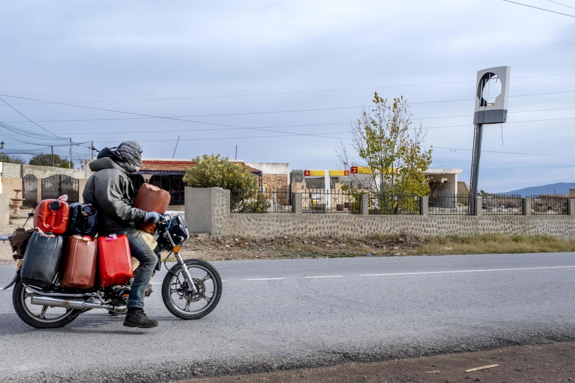 A Tajerouine, sur la route de Haïdra, un revendeur d'essence est allé se ravitailler chez son grossiste et passe devant une ancienne station-service Shell fermée à cause de la concurrence déloyale de l'essence de contrebande venant d'Algérie, le 10 décembre 2020.