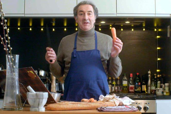 François Morel aux fourneaux, en pleine préparation de la blanquette de veau de sa grand-mère.