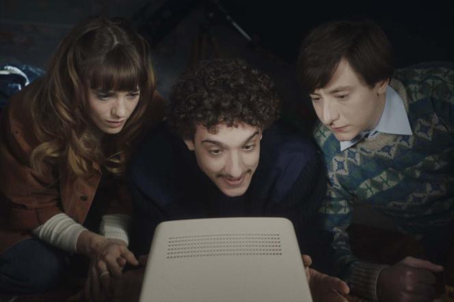 Noémie Schmidt (Stéphanie), Paul Scarfoglio (Toni) etArthur Mazet (Simon) dans«3615 Monique».