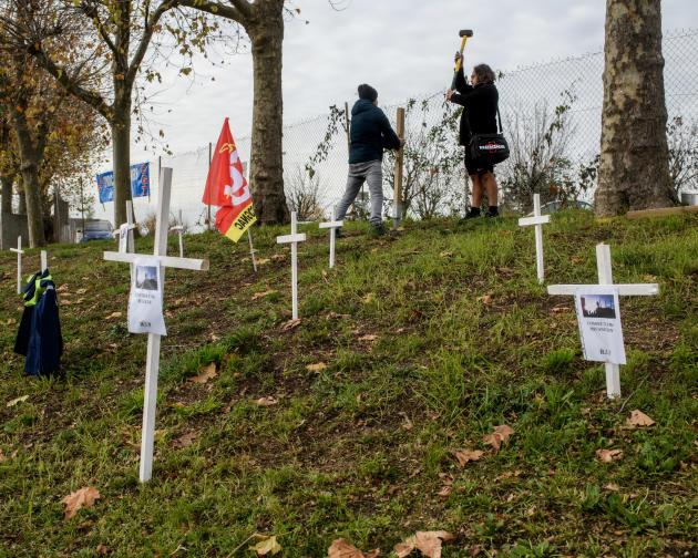Des ouvriers dressent une croix, le 12 décembre, à l'entrée du site de l'usine Verallia Cognac-Châteaubernard. Ces croix symbolisent les ouvriers qui seront licenciés par l'entreprise.