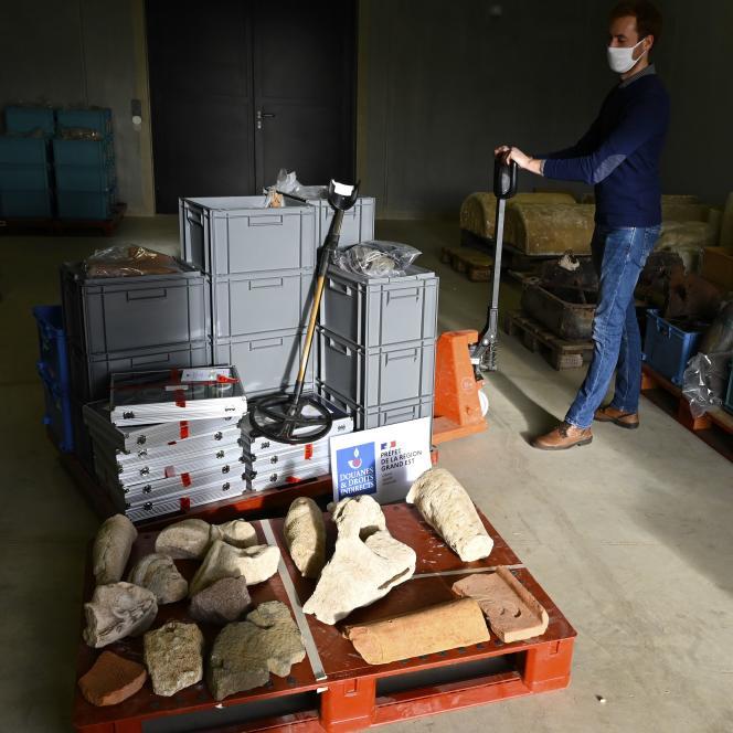 Sur une palette, quelques-uns des 27 000 objets archéologiques, saisis par des douaniers et détenus par un collectionneur lorrain qui a tenté de les vendre en Belgique. A Metz, le 14 décembre 2020.